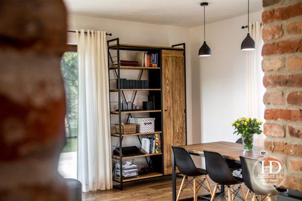 Charakterystyczne cechy kolekcji APRIL to : -proste geometryczne kształty mebli -sposób połączenia drewna z metalową konstrukcją Całość wykonana jest ręcznie z dbałością o każdy szczegół.